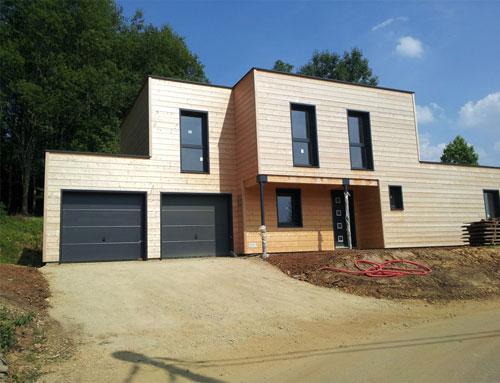 Cette maison bois est moderne elle a été réalisée par des architectes et elle est donc une œuvre originale elle mesure 125 m² et elle comporte 3 chambres