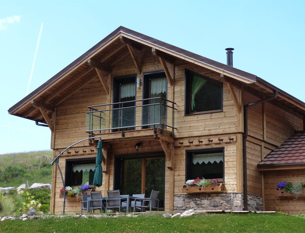 Chalet traditionnel avec mix de mat riaux nos chalets en for Bois de chalet