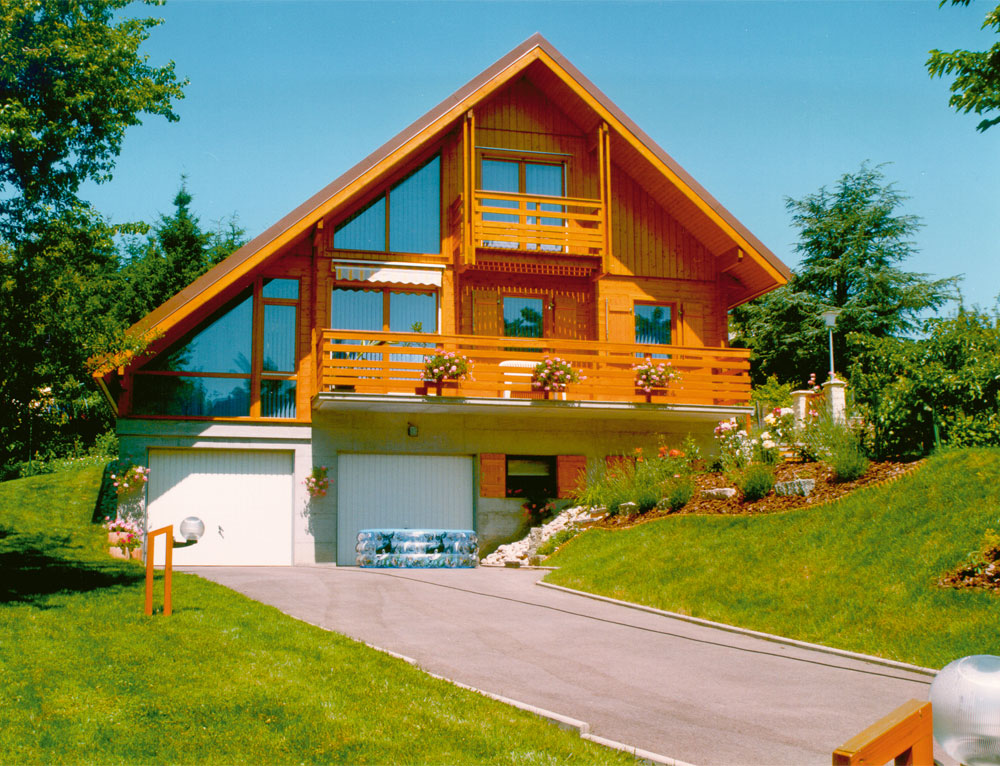 Chalet traditionnel avec larges baies vitr es nos chalets for Bois de chalet