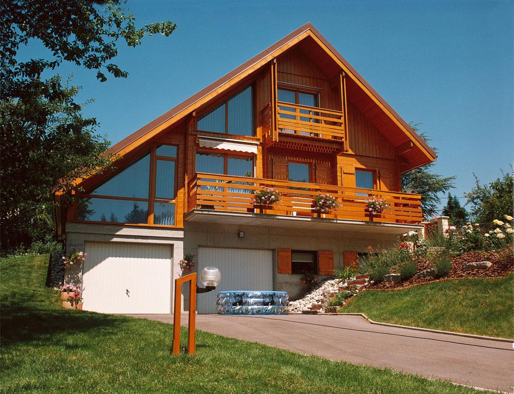 Chalet traditionnel avec larges baies vitr es nos chalets for Construction chalet vosges tarif
