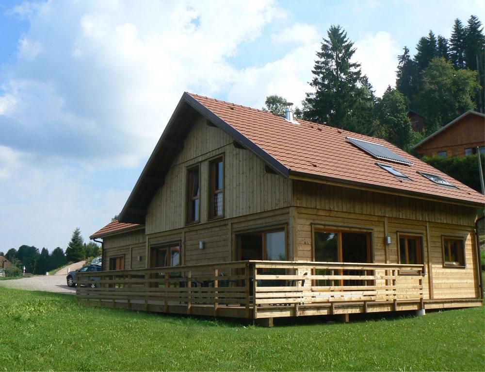 Grand chalet traditionnel familial nos chalets en bois 88 for Bardage bois exterieur sans entretien