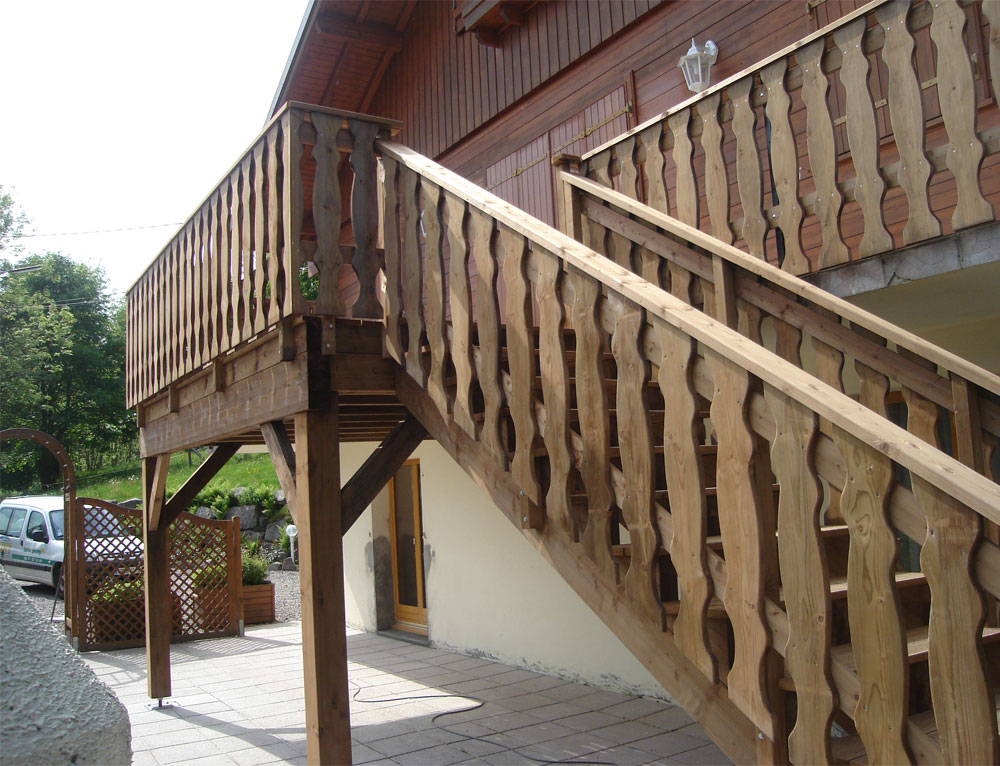 Agrandissement du balcon en terrasse r novation et for Balustres bois exterieur