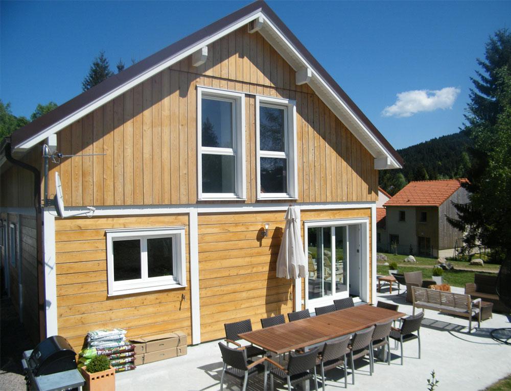 grande maison bois familiale avec verri re nos maisons ossatures bois maison 2 pans. Black Bedroom Furniture Sets. Home Design Ideas