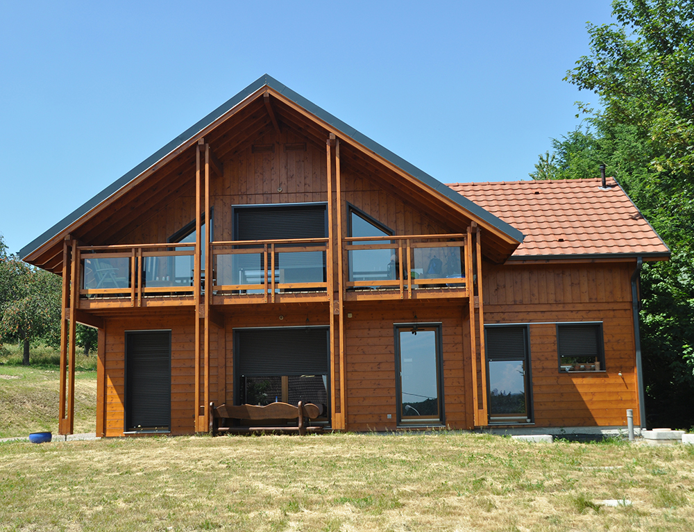 Maison bois style chalet aspect poteau poutre nos maisons for Maisons scandinaves en bois