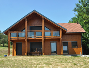 maison poteau poutre aspect chalet grand balcon