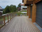 très grande terrasse extérieure en bois