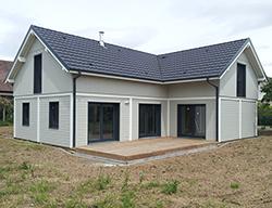 Belle maison moderne avec terrasse, poteau poutre