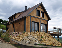 Maison type chalet bardage larges baies vitrées